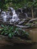 Opinião despercebida da natureza da cachoeira de Tailândia da paisagem fotografia de stock