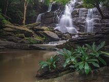 Opinião despercebida da natureza da cachoeira de Tailândia da paisagem imagem de stock