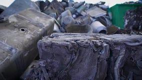 Opinião desperdiçador comprimido do metal no cemitério de automóveis de reciclar o manufactory filme