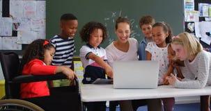 Opinião dianteira alunos da Misturado-raça e o professor fêmea na sala de aula 4k filme