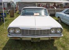 1964 opinião dianteira branca de Chevy Impala SS Fotografia de Stock
