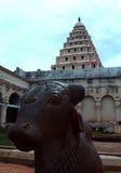 opinião dianteira da Bull-Nandhi-estátua com a torre de sino no palácio do maratha do thanjavur Fotos de Stock Royalty Free