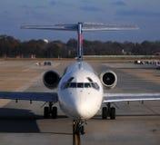 Opinião dianteira do avião de passagem Foto de Stock Royalty Free