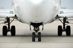 Opinião dianteira do avião no ar imagens de stock