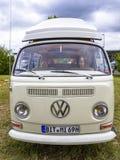 Opinião dianteira do campista do T2 da VW fotografia de stock