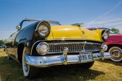 Opinião dianteira do close up surpreendente lindo do carro clássico do vintage no dia ensolarado fotografia de stock
