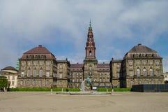 Opinião dianteira do palácio de Christianborg em Copenhaga, Dinamarca Copenhag fotografia de stock royalty free