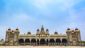 A opinião dianteira do palácio de Mysore com céu azul fotos de stock royalty free