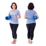 Opinião dianteira e traseira a mulher madura no sportswear com esteira da ioga foto de stock
