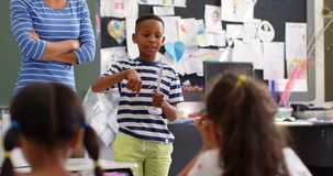 Opinião dianteira a estudante afro-americano que explica sobre o modelo do moinho de vento na sala de aula 4k filme