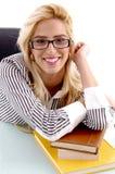 Opinião dianteira a mulher de sorriso com livros Foto de Stock Royalty Free