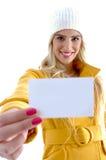 Opinião dianteira a mulher de sorriso que mostra o cartão Fotos de Stock