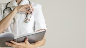 Opinião dianteira o doutor fêmea com o estetoscópio em torno de seu pescoço ab Foto de Stock
