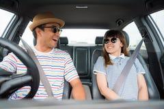 Opinião dianteira o homem asiático e a mulher dos pares engraçados do momento que sentam-se no carro Apreciando o conceito do cur foto de stock royalty free