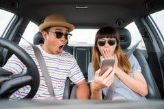 Opinião dianteira o homem asiático e a mulher dos pares engraçados do momento que sentam-se no carro Apreciando o conceito do cur imagem de stock royalty free