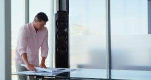Opinião dianteira o homem de negócios caucasiano que olha o modelo em um escritório moderno 4k vídeos de arquivo