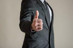 Opinião dianteira o homem de negócios que mostra os polegares acima do sinal imagens de stock royalty free