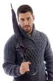 Opinião dianteira o homem no casaco de lã que prende um guarda-chuva imagem de stock royalty free