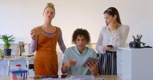 Opinião dianteira os executivos novos da misturado-raça que falam na mesa no escritório moderno 4k filme