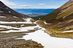 Opinião distante da distância no canal de Ushuaia e de lebreiro fotografia de stock