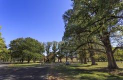 """Opinião do †de Gostwyck """"das árvores e da capela de olmo fotografia de stock royalty free"""