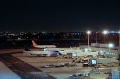 Opinião do aeroporto na noite Fotos de Stock