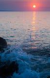 A opinião do alvorecer do mar e espirra Foto de Stock Royalty Free