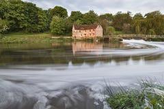 Opinião do amanhecer através do rio Stour a Sturminster Newton Mill foto de stock