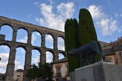 Opinião do amanhecer do lobo de Capitoline e do aqueduto Segovia, Espanha fotografia de stock