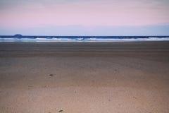 Opinião do amanhecer sobre a praia no vintage Filt retro de Polzeath Imagem de Stock Royalty Free