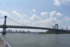 Opinião do beira-rio da ponte de Williamsburg em Brooklyn imagem de stock