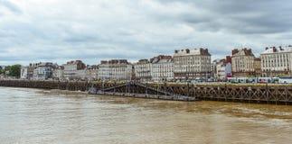 Opinião do beira-rio de construções e de shpis velhos de Nantes narcissist imagens de stock royalty free