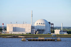Opinião do beira-rio do central nuclear de Brokdorf, Alemanha Foto de Stock