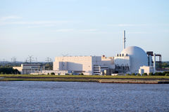 Opinião do beira-rio do central nuclear de Brokdorf, Alemanha Fotos de Stock Royalty Free