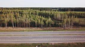 Opinião do céu da estrada do outono com carros vídeos de arquivo
