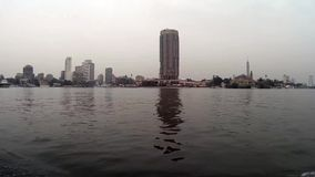 Opinião do Cairo Egito da navigação do barco em Nile River filme