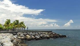 Opinião do cais do beira-mar da baía de Manila imagens de stock