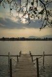 Opinião do cais e do rio no por do sol na cidade cambodia do kampot Imagens de Stock Royalty Free