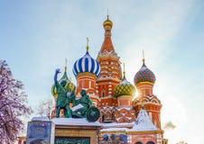 001 - Opinião do cartão da catedral da manjericão do St do quadrado vermelho e da MOSCOU, RÚSSIA foto de stock royalty free