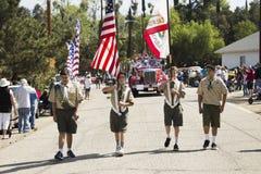 Opinião do carvalho, Califórnia, EUA, o 24 de maio de 2015, parada de Memorial Day da ligação do protetor de honra dos boyscouts Fotografia de Stock