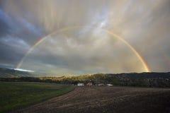 Opinião do carvalho, Califórnia, EUA, o 1º de março de 2015, arco-íris completo sobre a tempestade da chuva no vale de Ojai Fotos de Stock