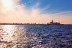 Opinião do castelo de Kronborg do mar imagem de stock