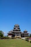 Opinião do castelo de Matsumoto no céu azul Fotografia de Stock Royalty Free