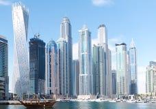Opinião do cenário de Dubai Marina Residential e de arranha-céus do negócio, Dubai imagens de stock
