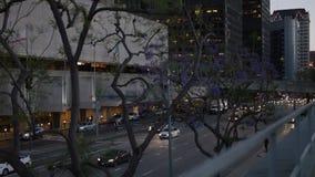 Opinião do centro da rua de Los Angeles com tráfego ocupado Tráfego da noite nas ruas do centro video estoque