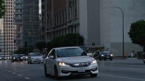 Opinião do centro da rua de Los Angeles com tráfego ocupado Tráfego da noite nas ruas do centro filme