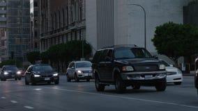 Opinião do centro da rua de Los Angeles com tráfego ocupado Tráfego da noite nas ruas do centro vídeos de arquivo