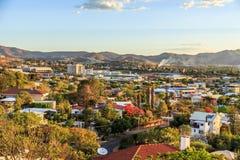 Opinião do centro de Windhoek com as montanhas no fundo, Windhoe Imagens de Stock