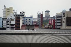 Opinião do centro do distrito com prédios de escritórios e hotéis e torre histórica velha Fotos de Stock