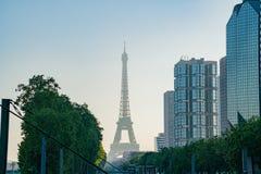 Opinião do Champ de Mars - estação da manhã de metro de Eiffel da excursão com a torre Eiffel famosa fotos de stock